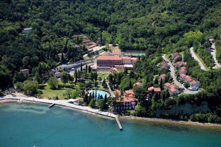 Appartement met zwembad met wifi  Strunjan  Vakantiepark op mooie locatie met faciliteiten, nabij strandje, Piran op 5 km