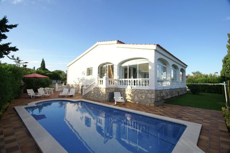 Vrijstaande villa op slechts vijftig meter van de zee met serre en omheinde tuin