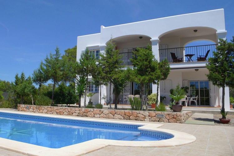 Ibiza Vakantiewoningen te huur Villa met mooie buitenkeuken op Ibiza met uitzicht op bos en zee