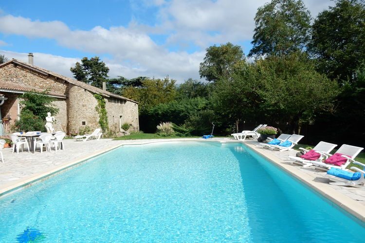 Vakantiewoning met zwembad met wifi  Alixan  Prachtig huis met apart buitenverblijf op fraai landgoed uit de twaalfde eeuw