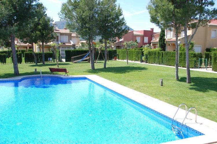 Vakantiewoning met gemeenschappelijk zwembad en grote tuin, vlakbij golfbaan