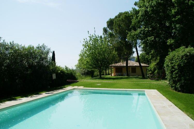 Vrijstaande bungalow met eigen terras en gezamenlijk zwembad, vlakbij Gardameer