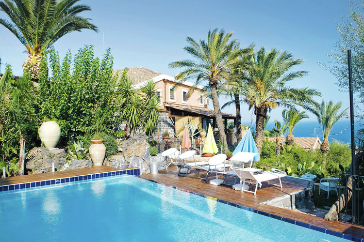 Vakantiewoning met zwembad met wifi  Aci Catena  Mooi appartement in prachtige borgo sfeervolle inrichting en gezamenlijk zwembad