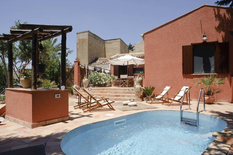Erice Vakantiewoningen te huur Typisch Siciliaanse vakantiewoning met prachtige tuin, zwembad en buitendouche