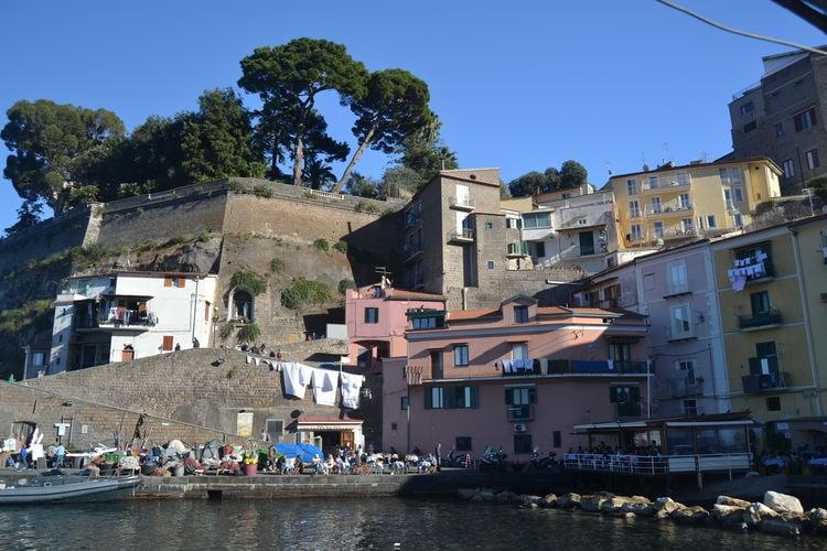 Een charmante historische appartement met airco vlak naast de zee