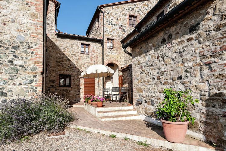 Montecastelli-Pisano Vakantiewoningen te huur Naar de middeleeuwen in dit dorpje bovenop een Toscaanse heuvel met zwembad