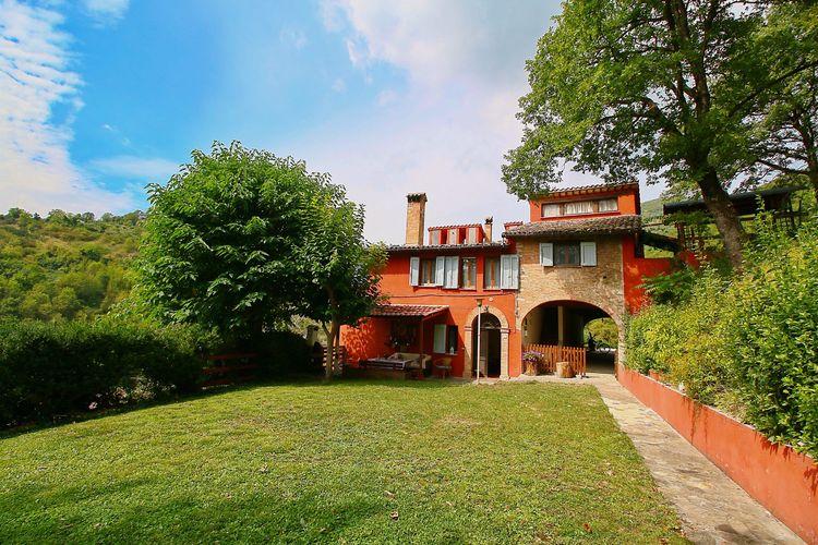 Italie | Marche | Villa te huur in Fabriano met zwembad  met wifi 12 personen