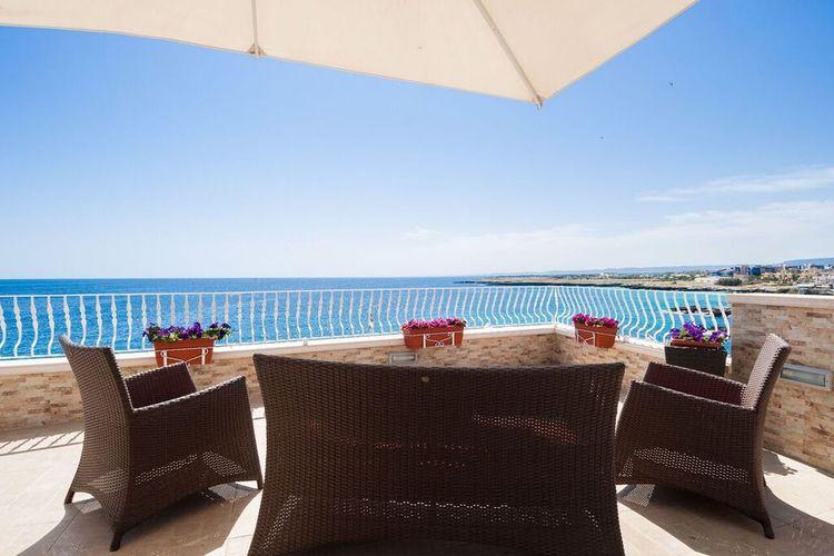 Puglia Vakantiewoningen te huur Prachtig appartement aan het strand en een terras met fantastisch zeezicht