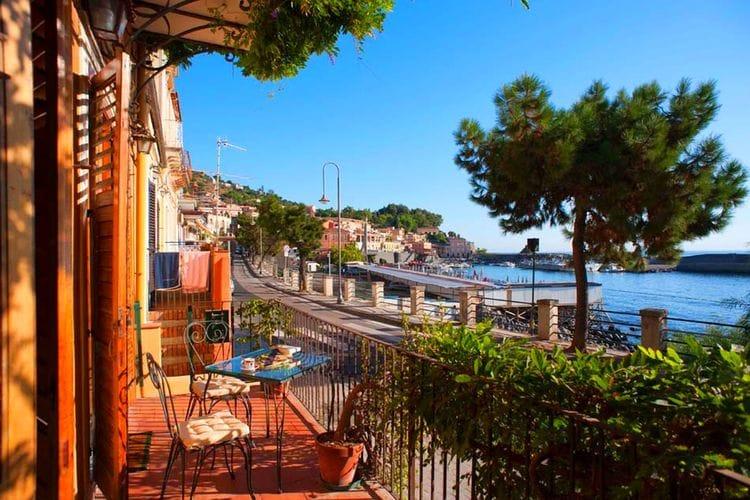 Acireale Vakantiewoningen te huur Appartement aan de boulevard van Santa Maria La Scala op een paar passen van zee