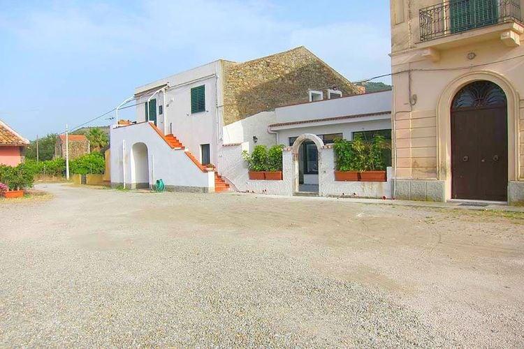 Patti Vakantiewoningen te huur Oude boerderij op maar 100m van zee met een terras voor je boekje en wijntje