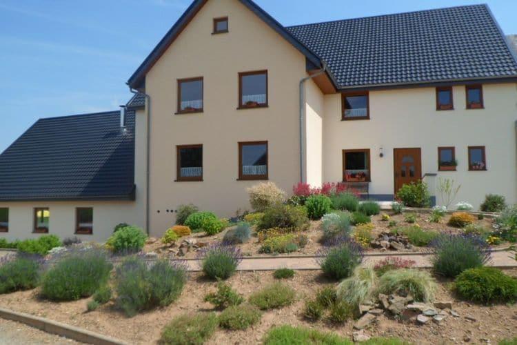 Holzheim Vakantiewoningen te huur Groepswoning met twee sauna's, jacuzzi, privé-badkamers en grote tuin met terras