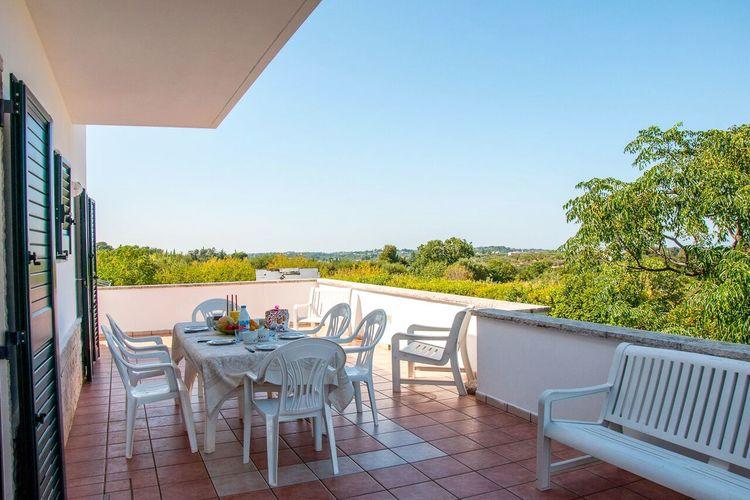 Vrijstaande villa met zeer complete keuken en grote tuin met ligbedden eromheen