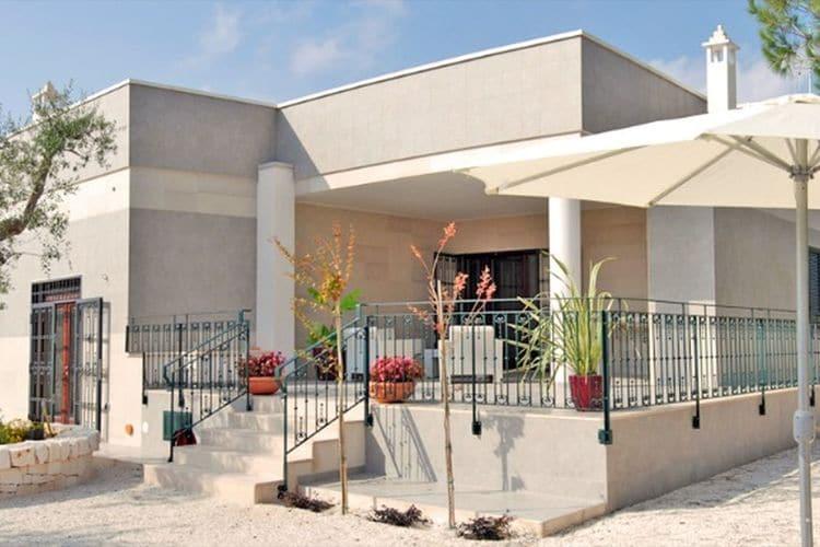 Villa met zwembad met wifi  Monopoli  Uitzicht op de heuvels van Monopoli met fruitbomen eromheen en een zwembad