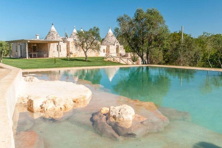 Het terras is ideaal om lekker buiten te eten, het zwembad is omringd door gazon