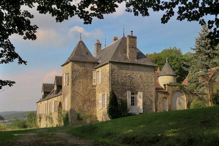 Kasteel huren in Bourgogne - met zwembad  met wifi met zwembad voor 4 personen  Via een landweg komt u uit op het ..
