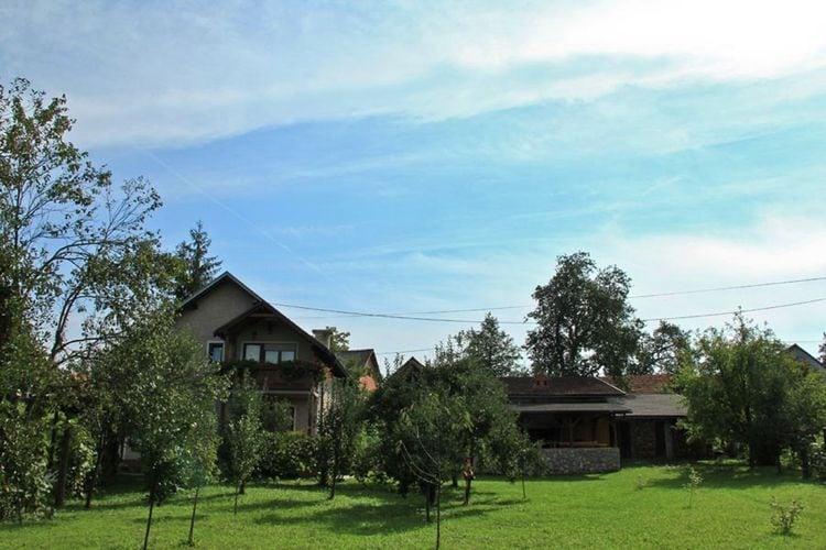 Kroatie Vakantiewoningen te huur Vrijstaand huis met eigen tuin direct aan de rivier Kupa. Buitenkeuken en kano!