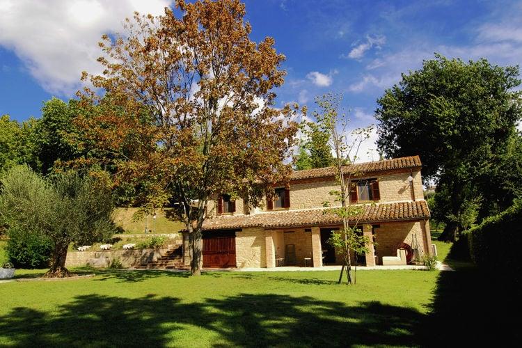 Mooie stenen villa met verwarmd zwembad in de heuvels, dichtbij de zee