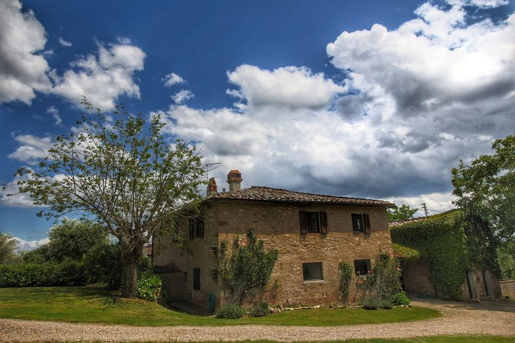 Vrijstaand huis met een eigen zwembad in prive-tuin op landgoed met olijfbomen.