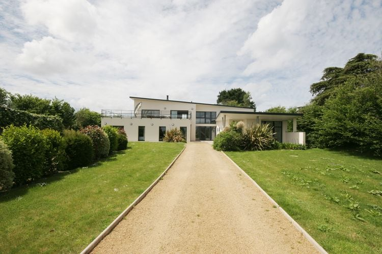 Mooie moderne villa met binnenzwembad, jacuzzi en een luxe kookeiland