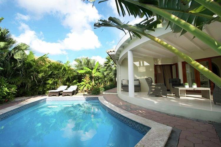 Moderne villa omringd door een tropische tuin vlakbij Mambo Beach