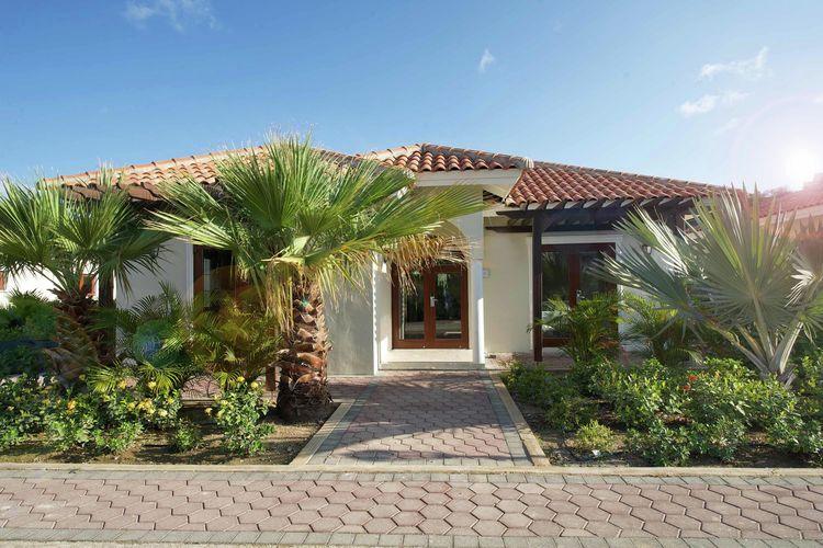Moderne villa omringd door tropische tuin vlakbij Mambo Beach