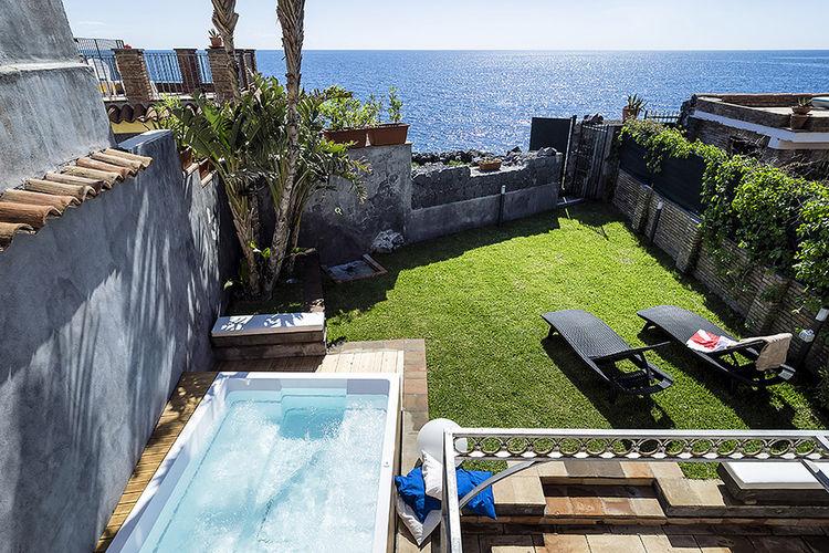 Acireale Vakantiewoningen te huur Villa met jacuzzi in de tuin en een eigen toegang tot de zee
