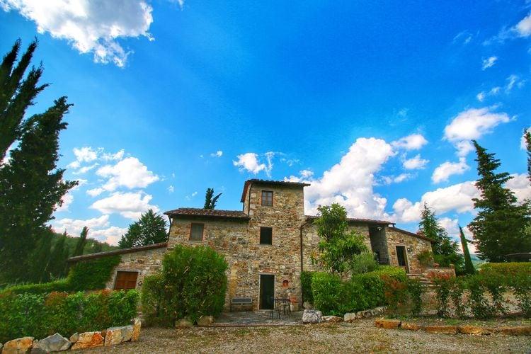 Radda-in-Chianti Vakantiewoningen te huur Boerderij met zwembad, terras en tuin, op loopafstand van Radda in Chianti