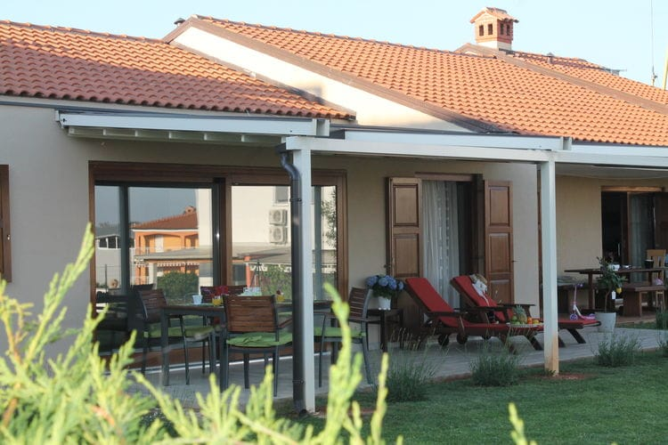 Vakantiewoning  met wifi  Novigrad  Charmant vakantiehuis met prachtig overdekt terras en mooie tuin