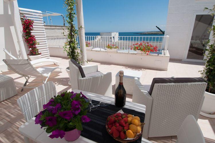 Puglia Appartementen te huur In Monopoli, terras met prachtig uitzicht op slechts een paar meter van de zee