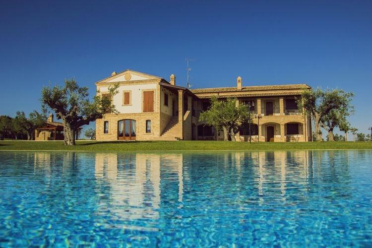 Abruzzo Vakantiewoningen te huur Appartement in landhuis met zwembad op een heuvel met schitterend uitzicht