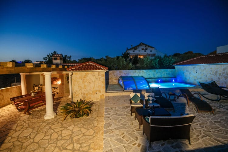 Dalmatie Vakantiewoningen te huur Charmante villa met verwarmbaar overdekt zwembad op slechts 4 km afstand van de zee