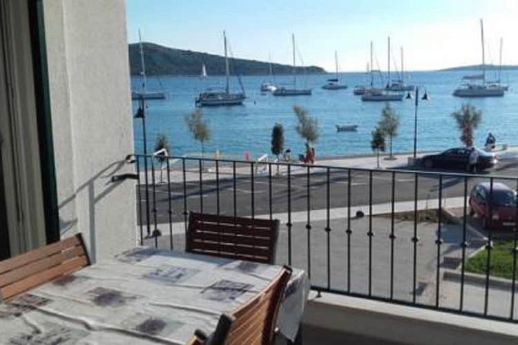 Dalmatie Vakantiewoningen te huur Ruim waterkant appartement steenworp afstand van het strand, prachtig uitzicht op zee balcon