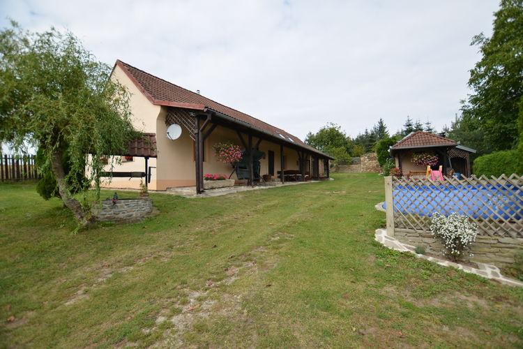 Vrijstaand landhuis met zwembad en omheind grondstuk. Overdekt terras met bbq