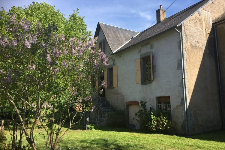 Bourgogne Vakantiewoningen te huur Ruim gezellig ingericht vakantiehuis in dorp midden in Morvan met heerlijke tuin