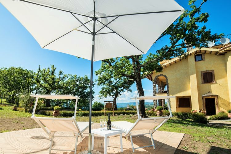 Lazio Villas te huur Villa met zwembad en jacuzzi op een panoramische positie dichtbij Bolsena meer