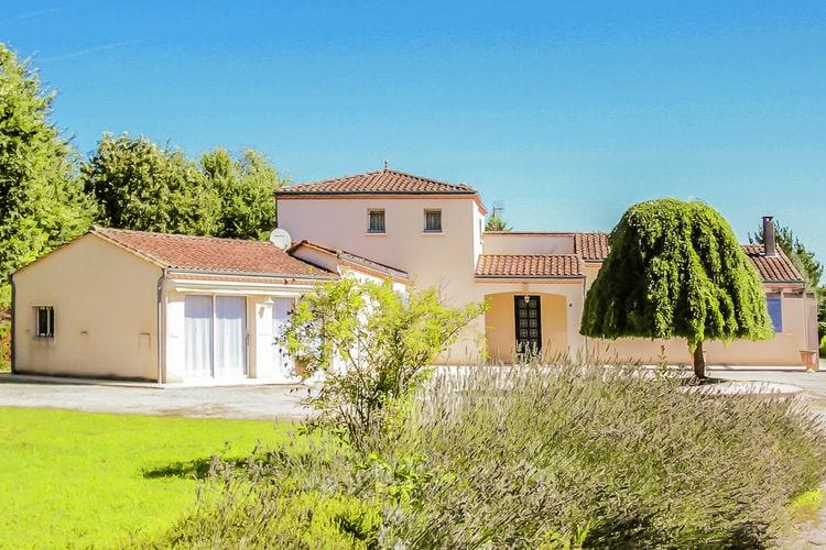 Dordogne Villas te huur Villa met mooi aangelegde grote tuin en privé zwembad direct aan de Dordogne.