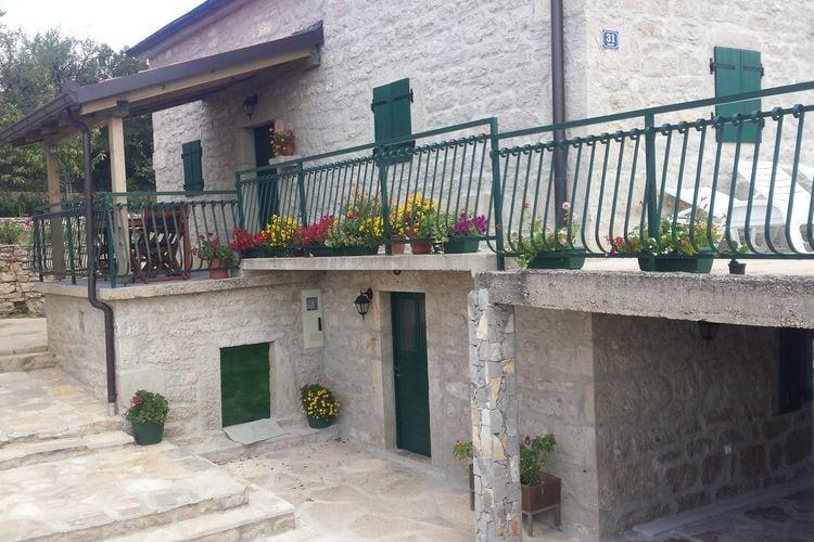 Vakantiehuis  met wifi  Cetina  Charmant vakantiehuis in Cetina met overdekt terras