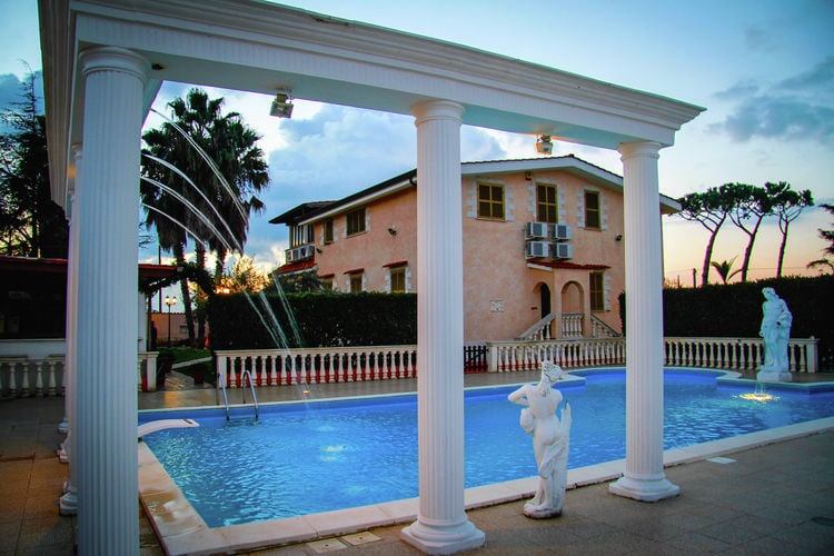 Villa met zwembad met wifi  Anzio  Ruime villa met  jacuzzi en disco en een speelkamer ideaal voor groepen