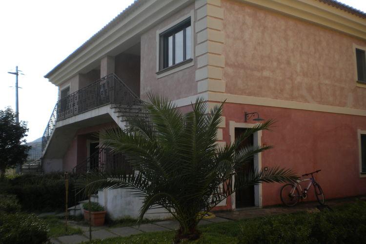 Basilicata Vakantiewoningen te huur Landgoed met zwembad tussen de olijvenbomen en dichtbij zee.