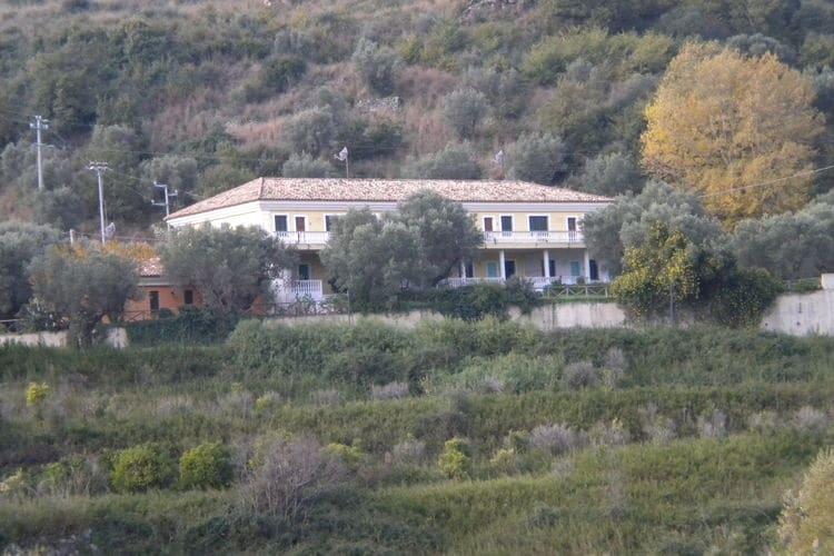 Squillace Vakantiewoningen te huur Landgoed met zwembad tussen de olijvenbomen en dichtbij zee.