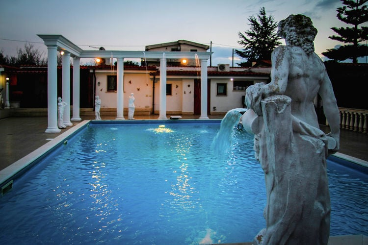 Lazio Villas te huur Ruime villa met zwembad en jacuzzi op het platteland van Anzio