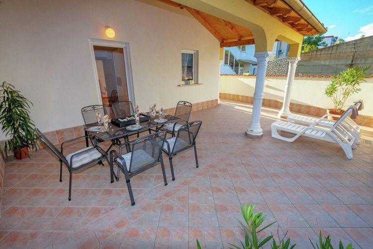 Appartement met zwembad met wifi  Dramalj  Geweldig villa-appartement met zwembad en een overdekt terras!