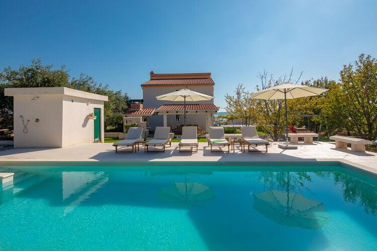 Vakantiehuis met zwembad met wifi  Kastel Luksic  Stijlvolle villa in Kaštel Lukšic met een zwembad