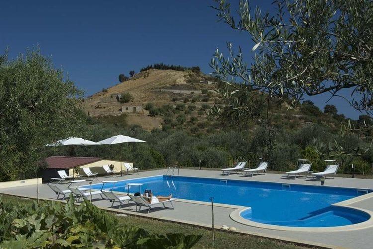Patti Vakantiewoningen te huur Appartement met zwembad en een prachtig uitzicht op zee met terras en barbecue