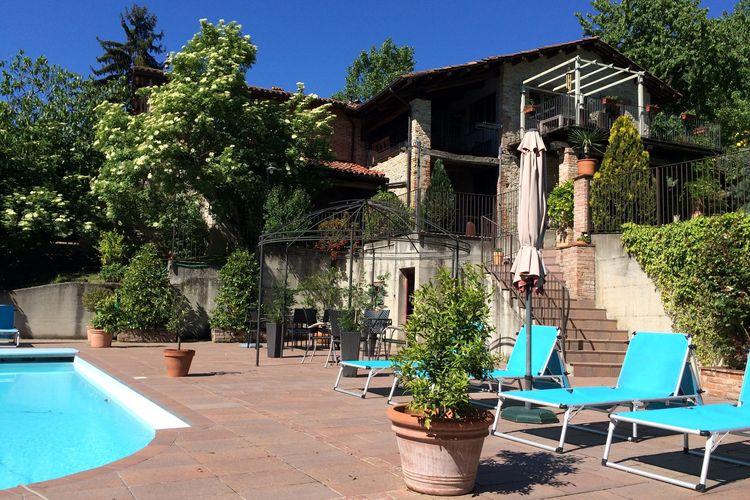 Huis met ruim terras, in een kleine residence met zwembad, te midden van het groen.