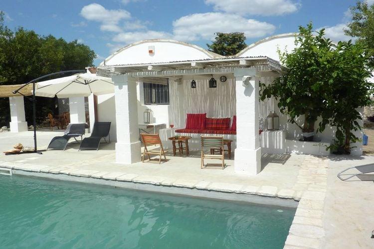 Typische Trullo met privé-zwembad op het platteland in de buurt van Ostuni