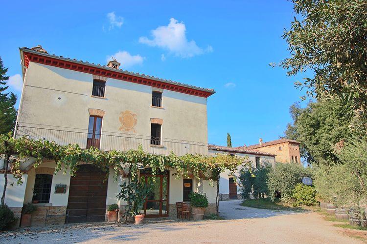 Umbertide Vakantiewoningen te huur Sfeervol appartement in oude boerenwoning op landgoed met zwembad.