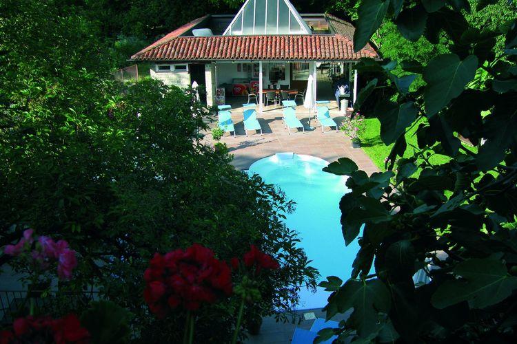 Vakantiewoning met zwembad met wifi  Bastia Mondovì  Huis met groot terras,in een kleinschalig complex met zwembad,omgeven door groen