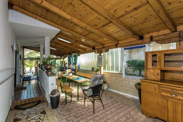 Comfortabel appartement met grote buitenruimte, omheinde tuin met bbq, airco