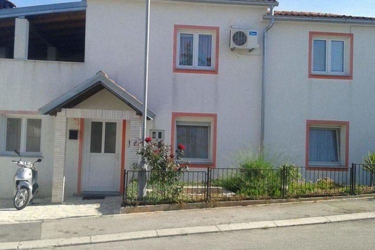 Groot huis appartement met een overdekt terras en buitenkeuken voor gebruik!